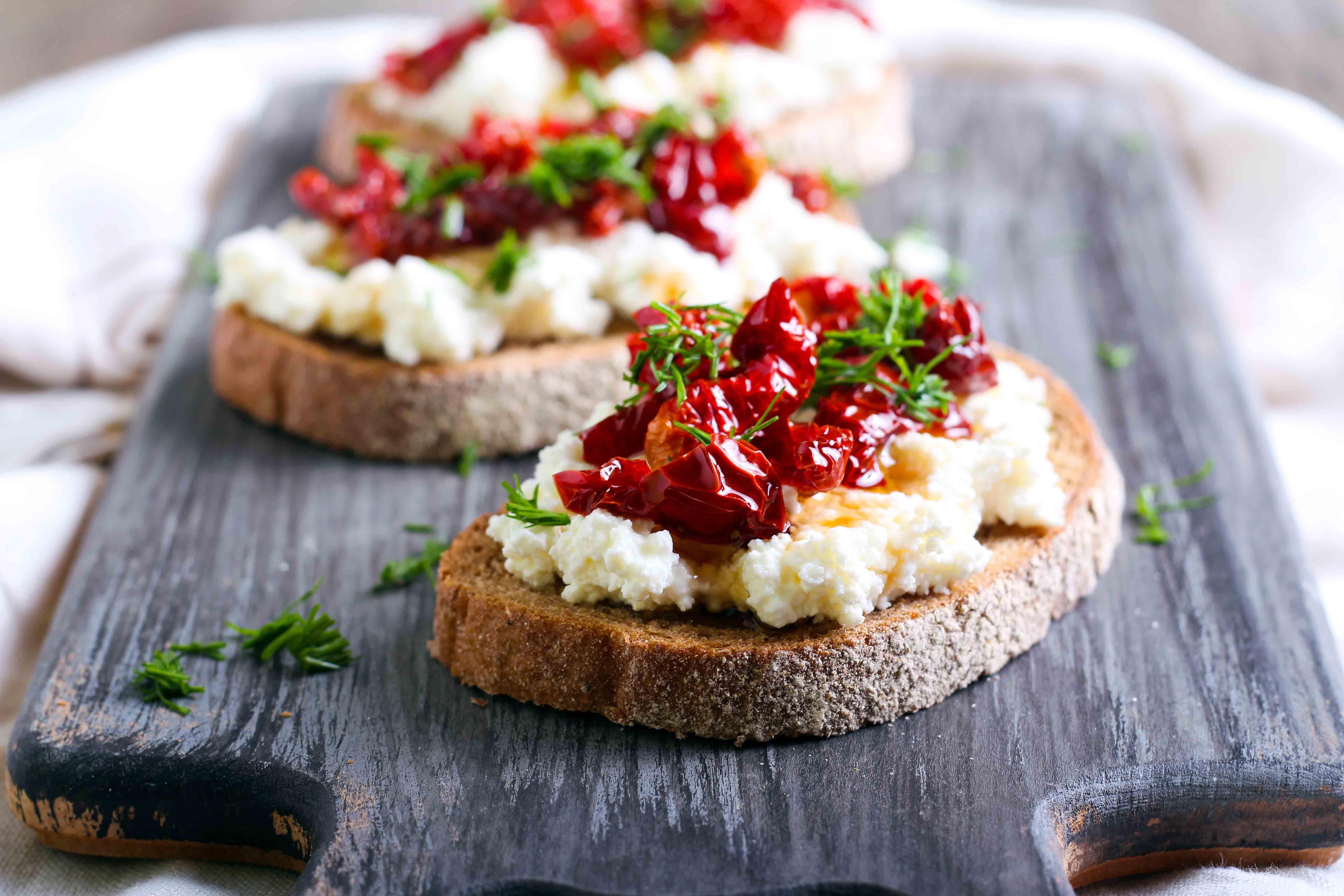 Toast au fromage et tomates confites