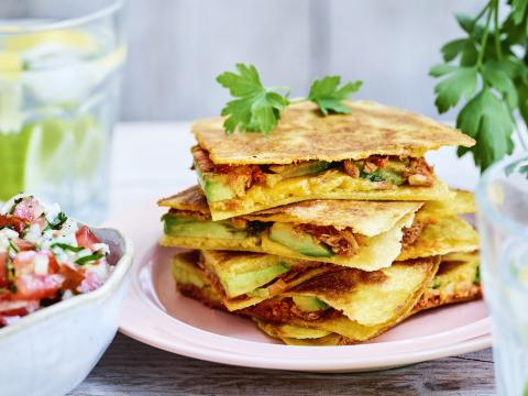 Avocado-quesadilla met tonijn en pico de gallo