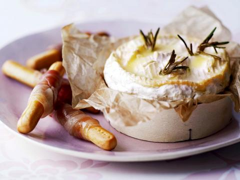 Warme brie met hamgrissini