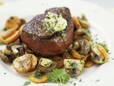 Steak met wortelen en champignons