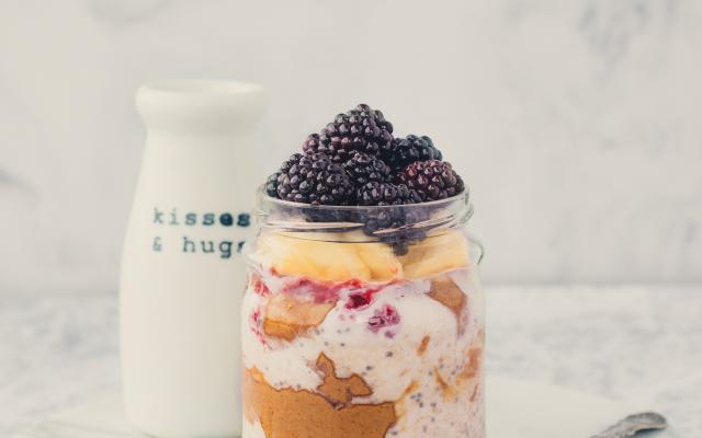 Overnight oats met pindakaas en fruit