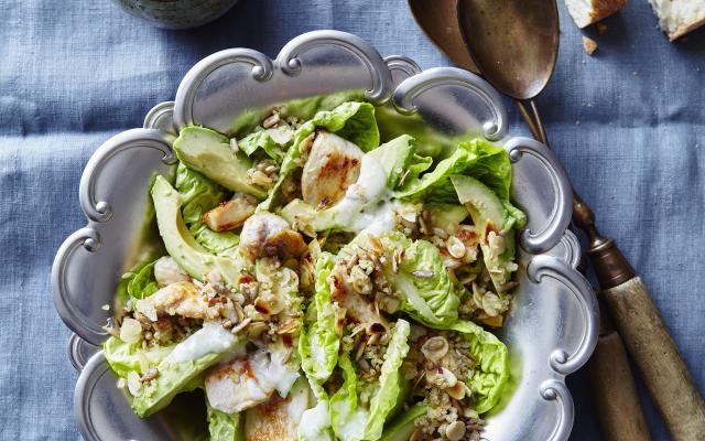 Caesar salad met quinoacrumble en avocado