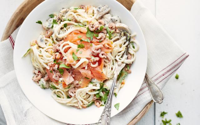 spaghetti met mascarpone, gerookte zalm en garnalen - libelle lekker