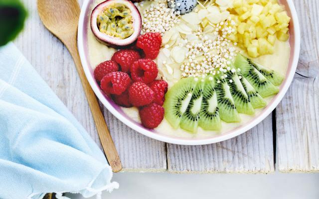 Mangosmoothie in een bowl met exotisch fruit