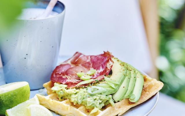 Wortelwafels met knapperige coppa en avocado