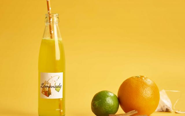 Homemade limonade van witte thee en sinaasappel
