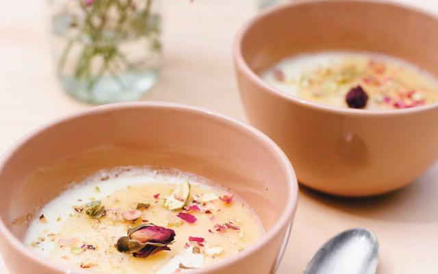 Recept van Véronique Leysen: Rose water panna cotta met honingsiroop