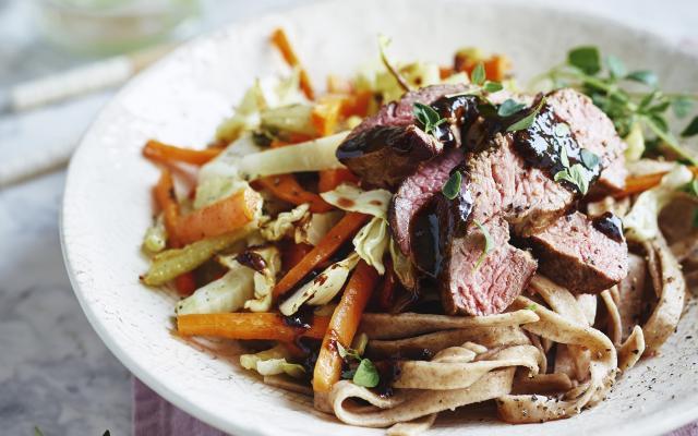 Teriyaki steak met geroosterde groenten en boekweitnoedels