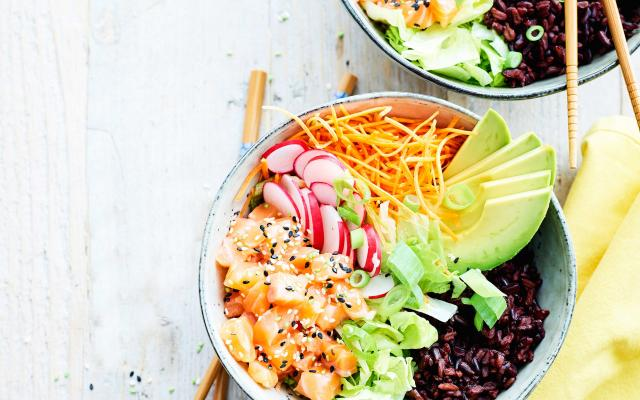 Poke bowl exotique au saumon, sauce au citron