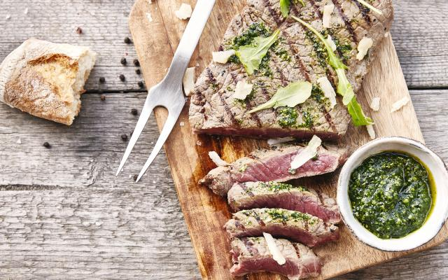 Steak grillé, sauce chimichurri