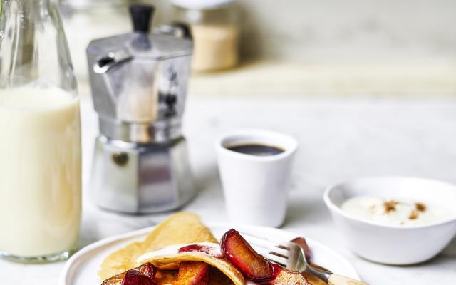 vegan pannenkoeken met pruimen en plantaardige yoghurt - libelle lekker