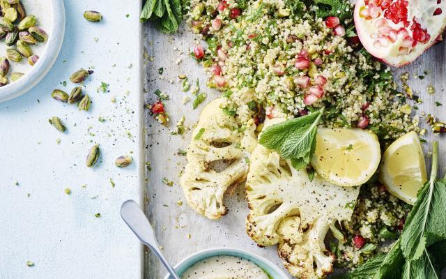 Geroosterde bloemkoolsteaks met kruidige quinoa en hummus