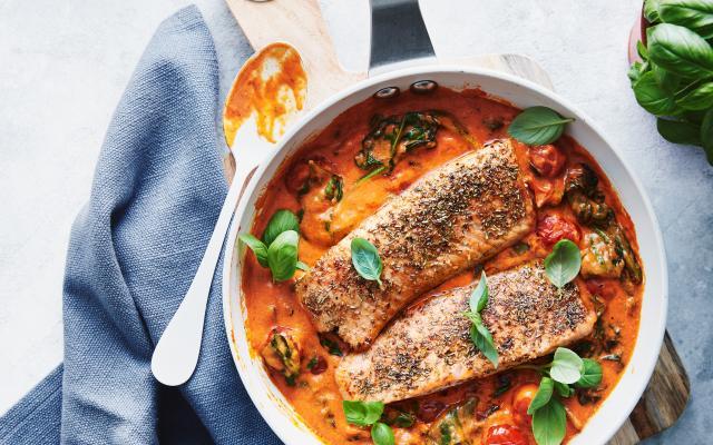 Zalmpannetje met spinazie en paprika-roomsaus