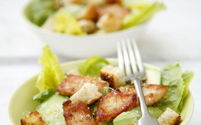 salade c sar au poulet et l avocat cuisine et recettes recette femmes d aujourd hui d lices. Black Bedroom Furniture Sets. Home Design Ideas