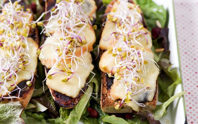 Salade met toast van Hervekaas en Limburgse stroop