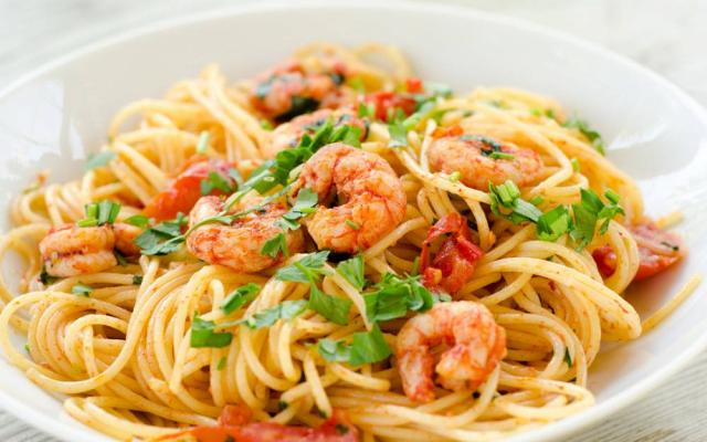 pasta met zongedroogde tomaten en garnalen - libelle lekker