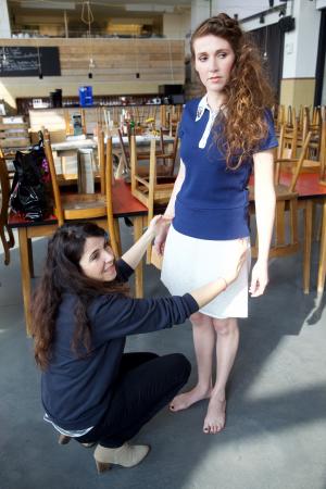 Tijdens het aankleden geeft styliste Indira geeft deskundige stylingtips. Handig!