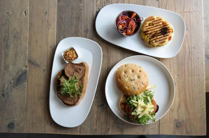 Wat zijn wij blij als het middag is: dat betekent lunchen in het Petit Café. Bon appétit!