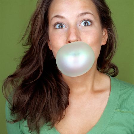 Faire une bulle avec son chewing-gum