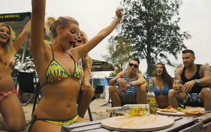 Kijk wat een mooie bikini dat meisje aanheeft.