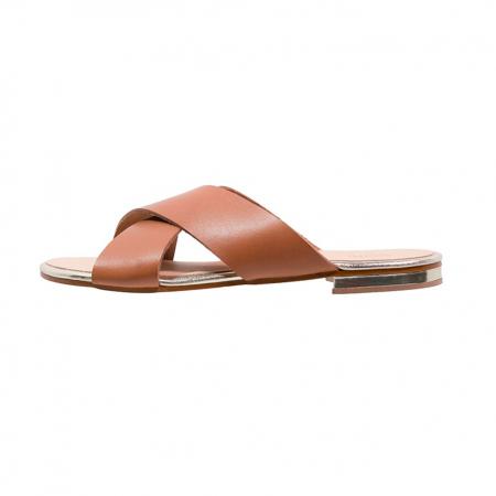 Une paire de sandales