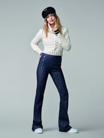 Witte kabeltrui + high waist flared jeans