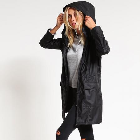 Zwarte regenjas met zakken
