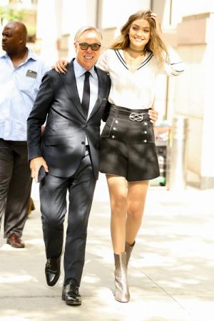 Gigi Hadid en Tommy Hilfiger op weg naar zijn show