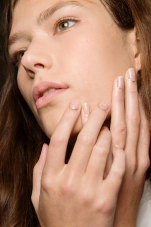 Nude nagels met gouden glitterrandje bij Rodarte