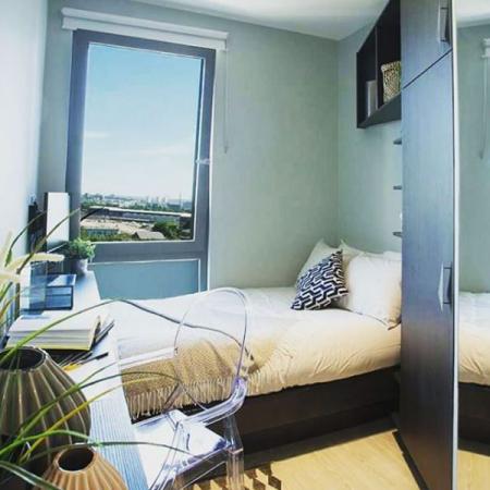 Een slaapkamer in een van de studio's
