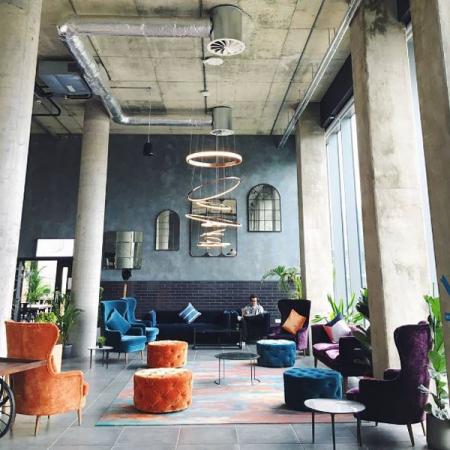 De lobby van The Collective Old Oak