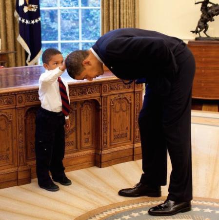 Obama et un jeune garçon dans un moment capillaire