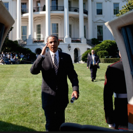 Obama marche vers l'hélicopter Marine One