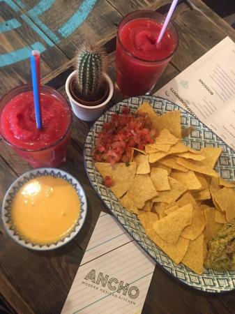 Les nachos servis avec une Margarita framboise façon granita