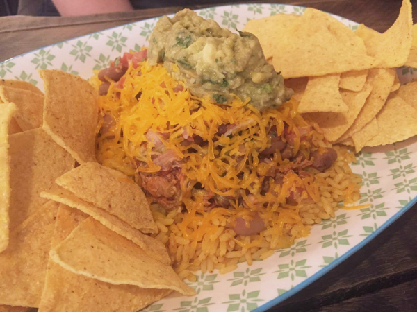 Le plat composé: nachos avec riz au poulet, haricot et sauce salsa