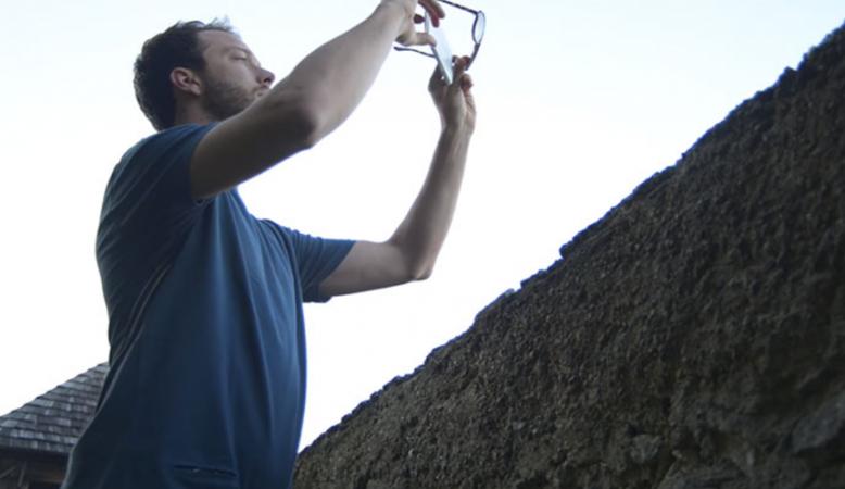Maak een unieke filter door je zonnebril voor je lens te houden.