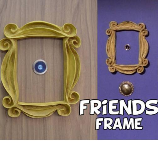 Het frame rond het kijkgaatje zoals in Monica's appartement. Etsy – 18,90 euro