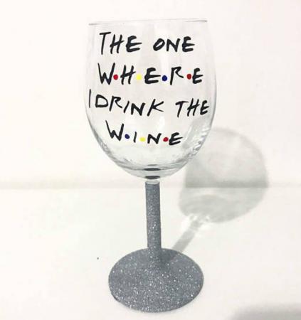 Een wijnglas met een gepimpte afleveringsnaam.Etsy – 5,65 euro