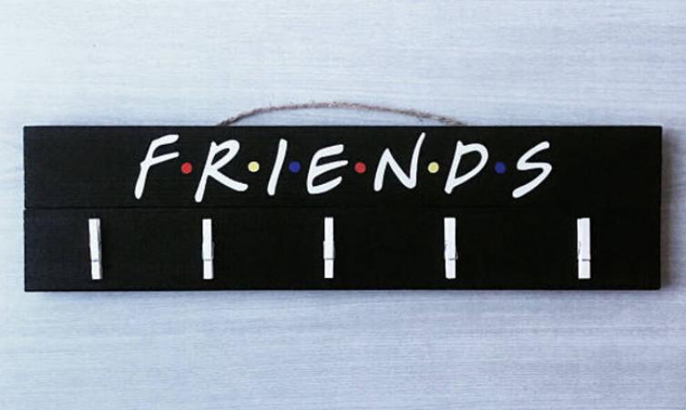 Een fotokader om pics van jouw friends aan te hangen. Etsy – 25,76euro