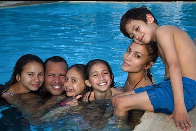 Emme en Maximilian, het dochtertje en zoontje van Jennifer Lopez en Marc Anthony. Plus haar stiefkinderen Natasha en Ella van haar vriend Alex Rodriguez
