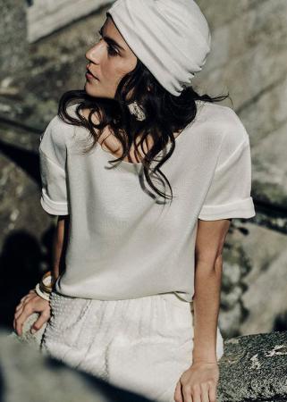 Un bandeau dans les cheveux pour accompagner un top à courtes manches