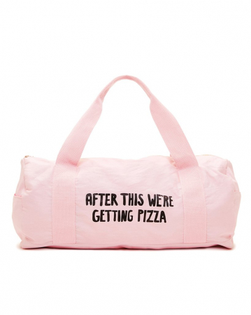 Roze sporttas met opschrift 'After this we're getting pizza'