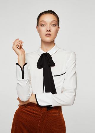 Witte bloes met zwarte strik