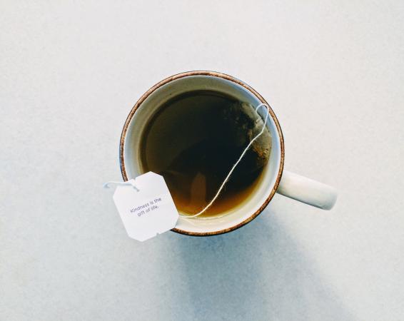 La tisane à la camomille et le thé vert