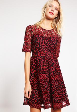 Rode jurk met hoge kraag en bloemenmotief