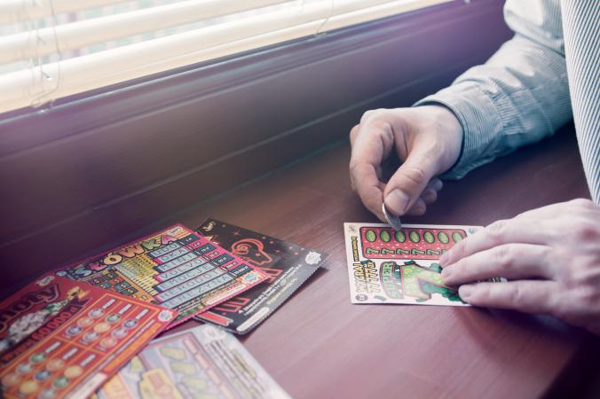 Une pochette de billets à gratter