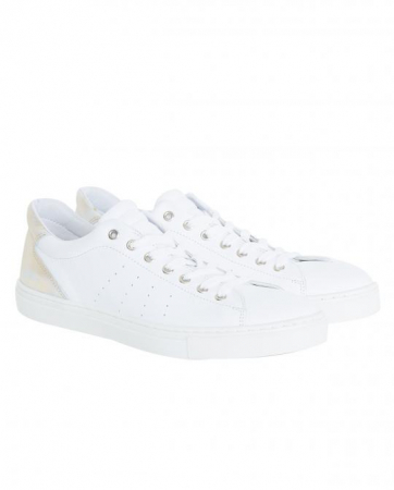 Juli: witte sneakers
