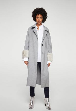 Manteau classique avec de la fausse fourrure sur les manches