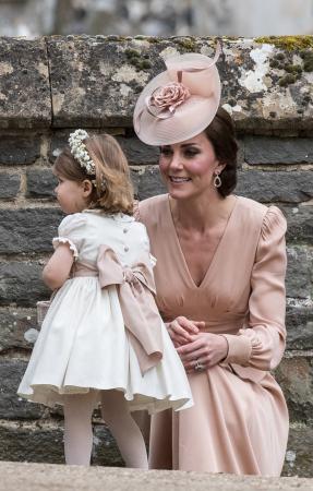 In een nude jurk van Alexander McQueen met hoed van Jane Taylor en oorbellen van Kiki McDonough