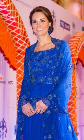 In een kobaltblauwe jurk met matching clutch, beide van Jenny Packham, en oorbellen vanAmrapali